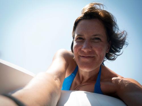 ins Boot holen Frau Mensch Ferien & Urlaub & Reisen Sommer blau schön Sonne Freude Gesicht Lifestyle Erwachsene Leben natürlich Gefühle Freizeit & Hobby Lächeln