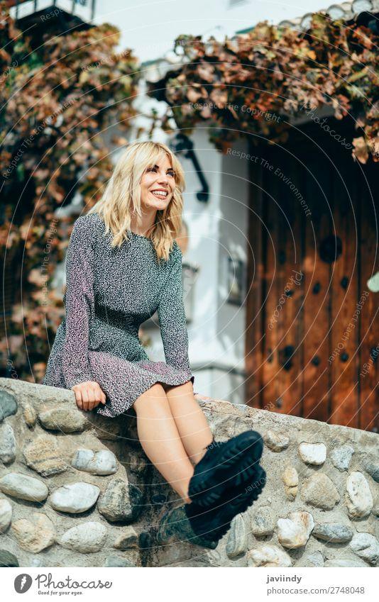 Frau Mensch Jugendliche Junge Frau schön weiß Blatt Freude 18-30 Jahre Straße Lifestyle Erwachsene Herbst feminin Gefühle lachen