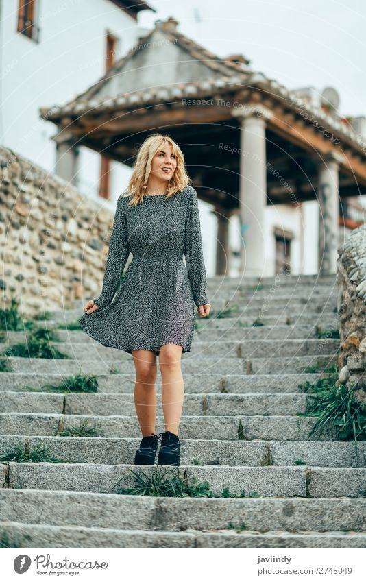 Glückliche junge blonde Frau vor einem städtischen Hintergrund. Lifestyle Stil Freude schön Haare & Frisuren Mensch feminin Junge Frau Jugendliche Erwachsene 1