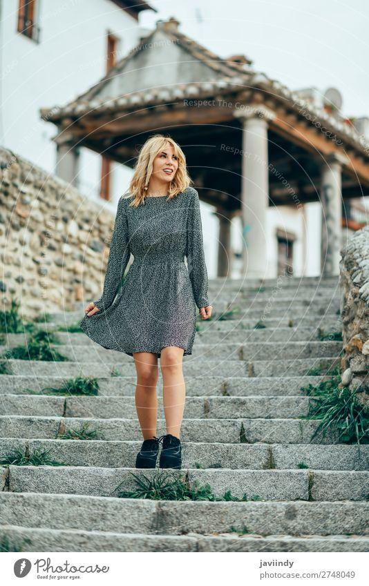 Lächelndes blondes Mädchen in einem Kleid, das im Freien tanzt. Lifestyle Stil Freude Glück schön Haare & Frisuren Mensch feminin Junge Frau Jugendliche