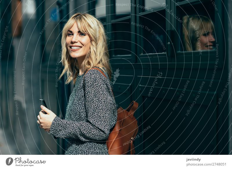 Attraktive junge kaukasische Frau, die im Freien wie ein Smartphone aussieht. Lifestyle Stil schön Haare & Frisuren Telefon PDA Mensch feminin Junge Frau