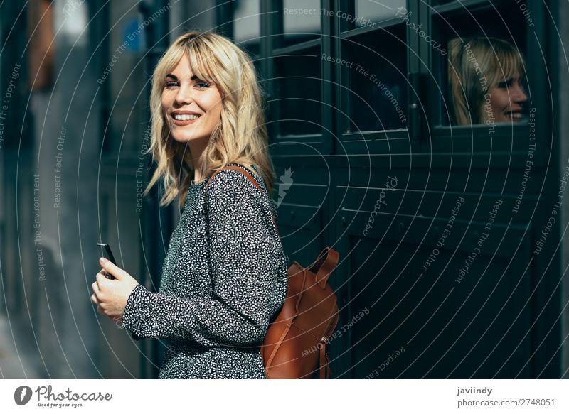 Frau Mensch Jugendliche Junge Frau schön weiß Freude 18-30 Jahre Straße Lifestyle Erwachsene Herbst feminin Stil Mode Haare & Frisuren