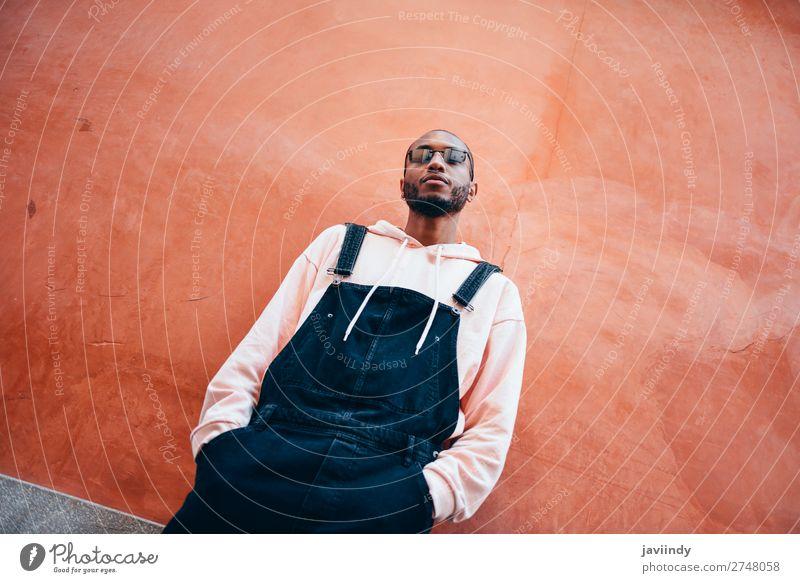 Tausendjähriger afrikanischer Typ mit Latzhose im Freien. Lifestyle schön Mensch maskulin Junger Mann Jugendliche Erwachsene 1 18-30 Jahre Straße Mode