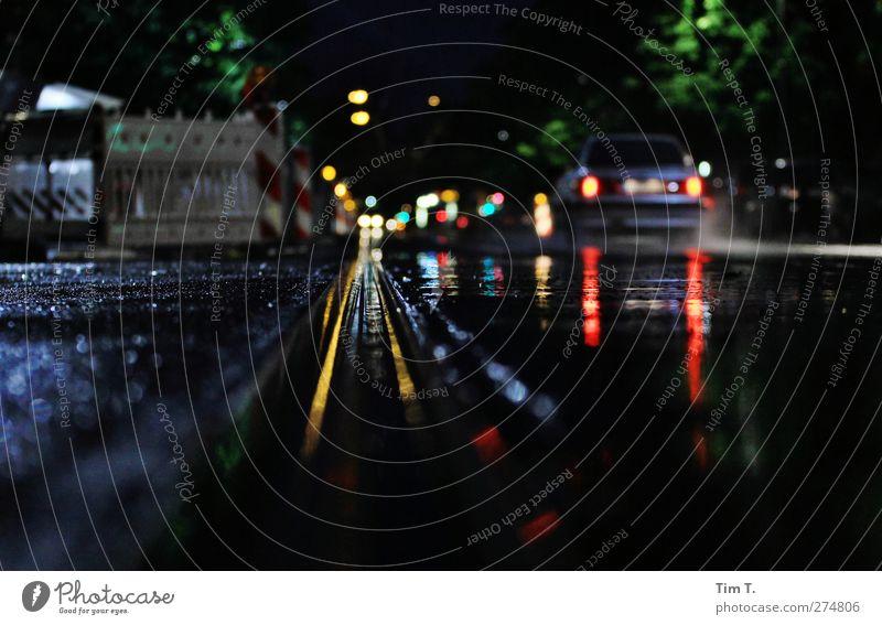 City Rain Straße Berlin Regen PKW Stadtzentrum Gleise Verkehrswege Altstadt Mobilität Autofahren Straßenverkehr Verkehrsmittel Straßenbahn Fußgängerzone