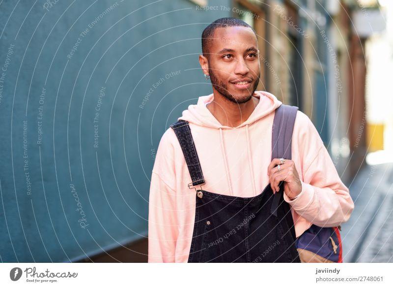 Junger schwarzer Mann, der lächelnd die Straße hinuntergeht. Lifestyle Glück schön Mensch Erwachsene Mode Bekleidung Hemd Pullover Vollbart Lächeln stehen