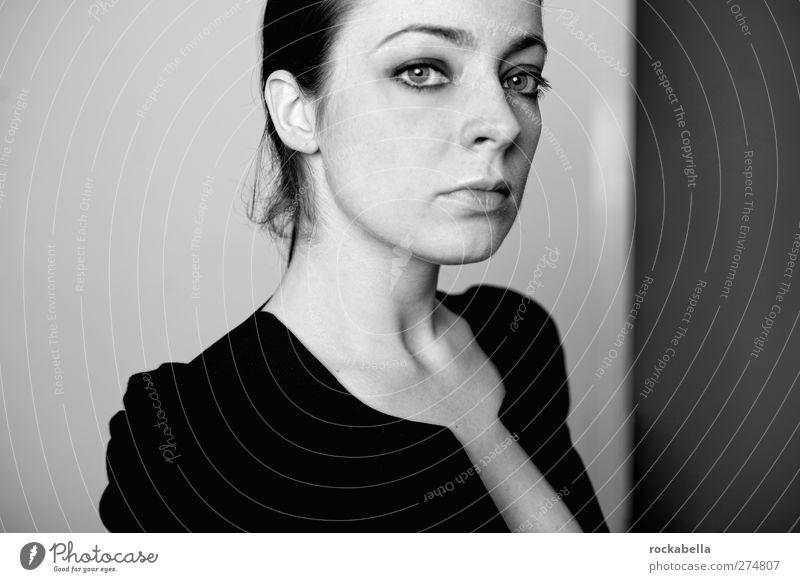 Porträt Frau feminin Junge Frau Jugendliche Erwachsene 1 Mensch 18-30 Jahre schwarzhaarig brünett elegant seriös Erotik Schwarzweißfoto Innenaufnahme