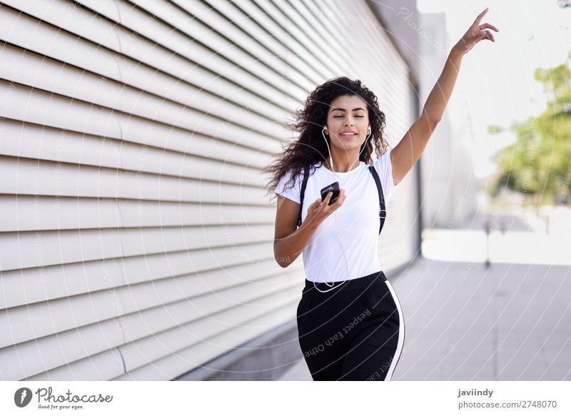 Frau Mensch Jugendliche Junge Frau schön Freude 18-30 Jahre Straße Erwachsene feminin Sport Gefühle Glück Stil Mode Haare & Frisuren