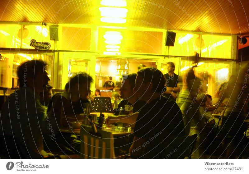 Volksgarten in Wien Lifestyle Nacht Langzeitbelichtung Café Europa Mensch