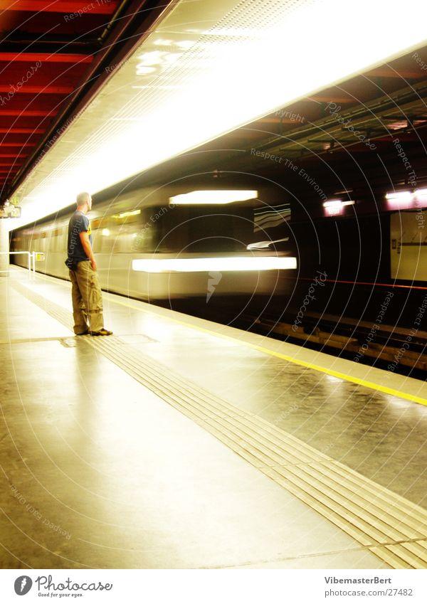 Mann und U-Bahn Mensch Verkehr Geschwindigkeit U-Bahn Mobilität Wien London Underground England