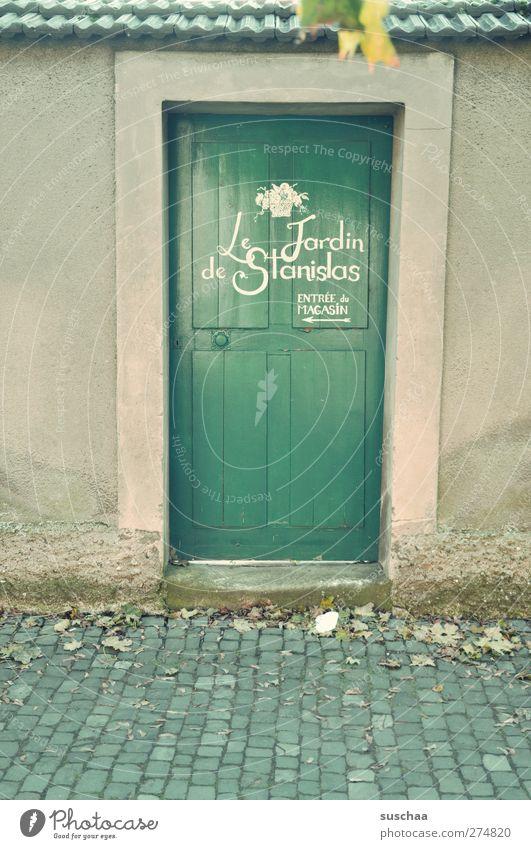 irgendwo in w II Dorf Haus Gebäude Mauer Wand Tür grün Dachziegel Backstein Schriftzeichen Französisch Eingang Gedeckte Farben Außenaufnahme Menschenleer