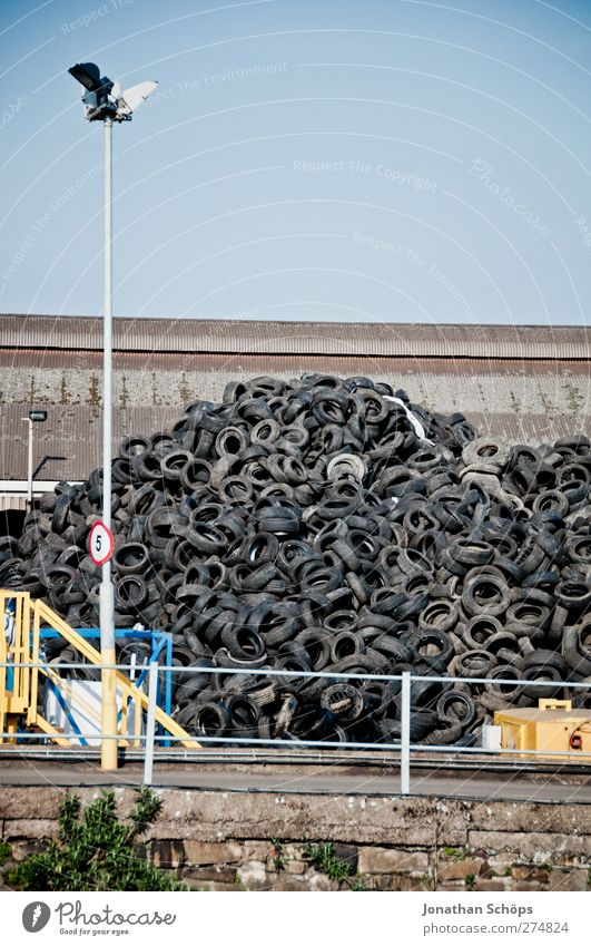 der Rest vom Auto I schwarz geschlossen Verkehr Industrie Industriefotografie Hügel Müll Straßenbeleuchtung Teile u. Stücke Handel Material Wolkenloser Himmel