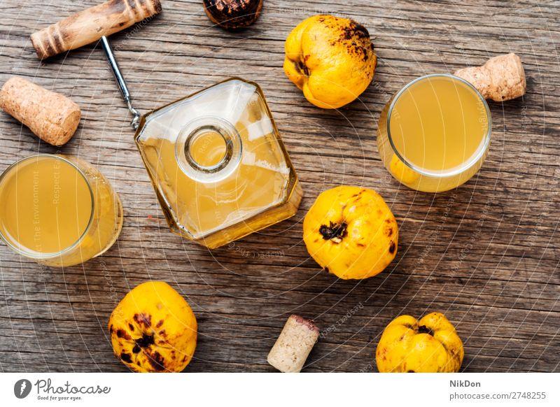 Wein aus Quitten trinken Frucht Alkohol Glas frisch Tisch Getränk Schnaps liquide gelb Flasche Herbst saisonbedingt Likör Korkenzieher Wein-Korkenzieher Vodka