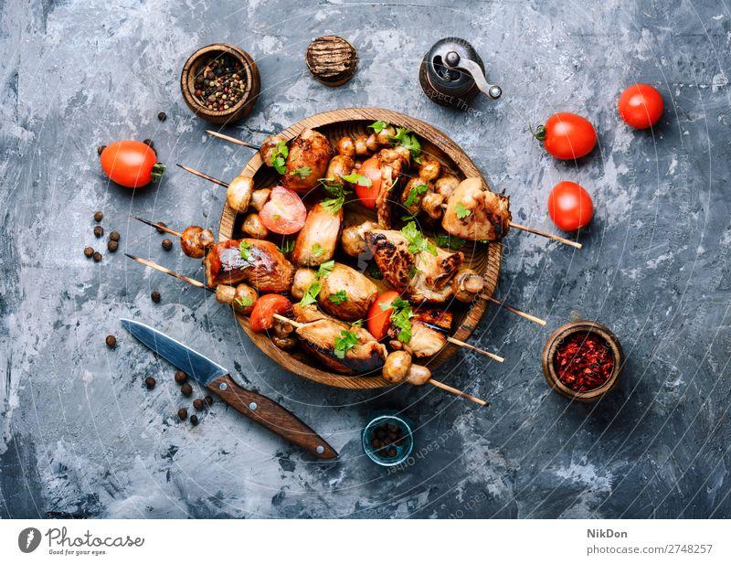 Gegrillter Schaschlikspieß am Spieß Fleischspieß Hähnchen Shish Orientalisch Shish Kebab gegrilltes Fleisch Barbecue grillen aufgespiesst Grillrost gebraten