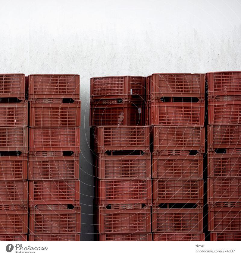 Hochstapelei Mauer Wand Kiste Behälter u. Gefäße Kunststoff eckig hoch trocken rot Hilfsbereitschaft Handel Ordnung ruhig Symmetrie Stapel Spargelkiste Farbfoto