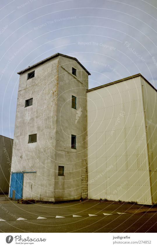 Hirtshals blau Stadt Haus Fenster kalt Wand Mauer Gebäude Tür Fassade Hafen Bauwerk Industrieanlage Dänemark Hafenstadt