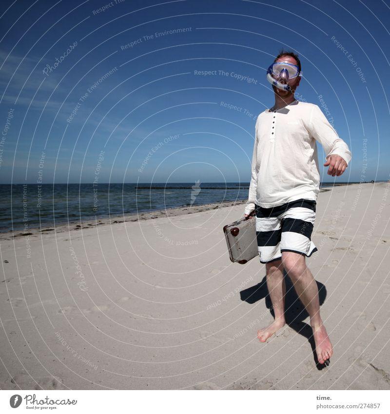 Hiddensee | Ein Mann geht seinen Weg Mensch Erwachsene 1 30-45 Jahre Umwelt Natur Sand Wasser Himmel Horizont Schönes Wetter Küste Strand Koffer Taucherbrille