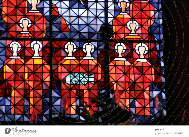 Köpfe im Kirchenfenster blau rot Fenster Religion & Glaube Hintergrundbild Gemälde historisch heilig