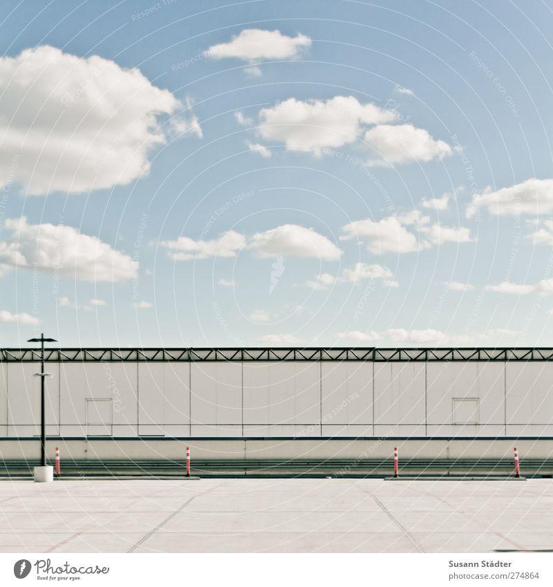 - Wolken Menschenleer Hochhaus Platz Architektur Mauer Wand Fassade Terrasse eckig modern Parkplatz Barriere Laterne minimalistisch graphisch mehrfarbig