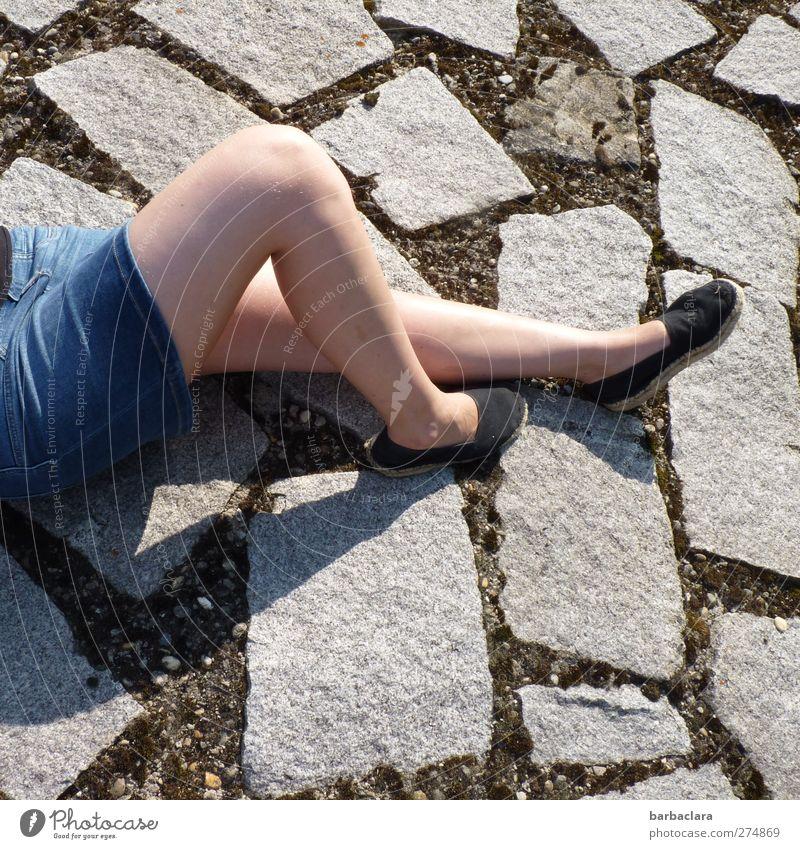 Lazy Sunday feminin Junge Frau Jugendliche Erwachsene Beine 1 Mensch 18-30 Jahre Sommer Schönes Wetter Park Rock Schuhe Stein liegen schön nackt dünn Wärme blau
