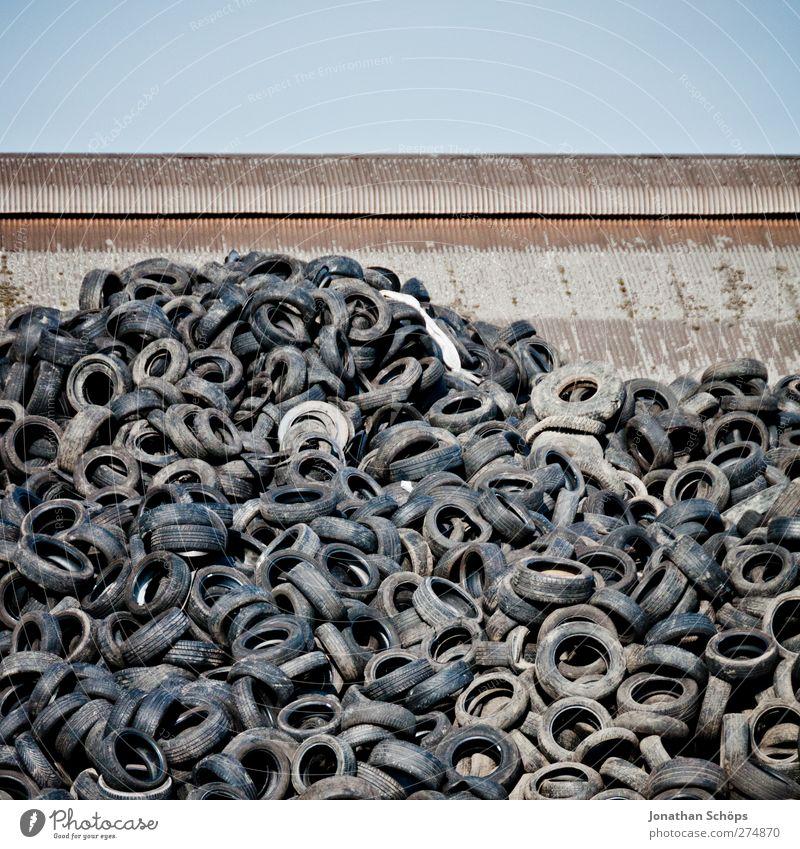 der Rest vom Auto II Verkehr unbeständig Vergänglichkeit Autoreifen hässlich Industriefotografie Industrieanlage Industrielandschaft Reifen Müll Recycling
