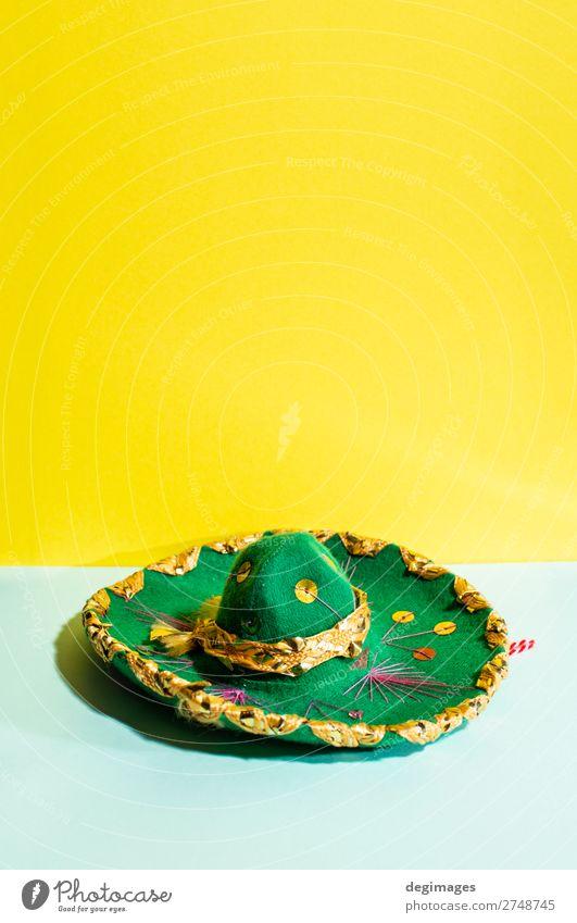 Mexikanischer Sombrero-Hut auf geometrischen gelben und grünen Pastelltönen. Design Sommer Kultur Mode Tradition Mexikaner Hintergrund Mexiko Party Fiesta
