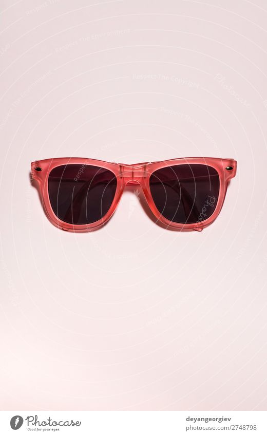 Rot leuchtende Sonnenbrille auf pastellrosa Hintergrund. Sommerzeit Stil Design Ferien & Urlaub & Reisen Strand Kunst Mode Accessoire Kunststoff hell trendy