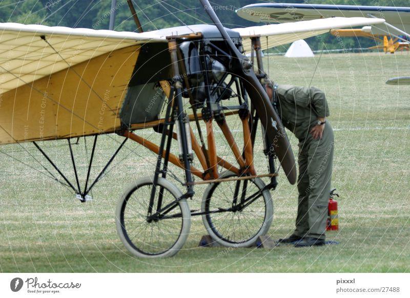 Chech up Flugzeug Mann Pilot Wiese retro Reparatur Maschine Luftverkehr Oltimer Bodenbelag Flughafen Rad Flügel Check