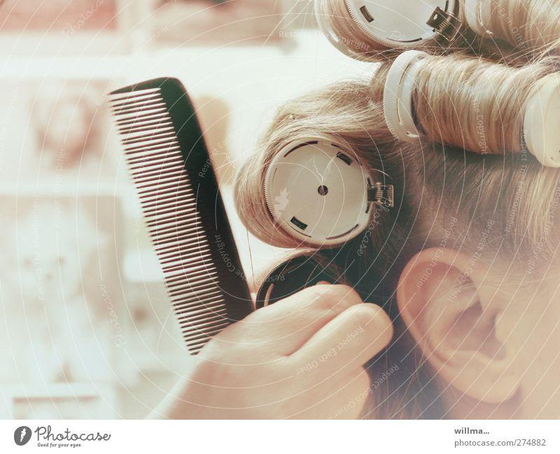 großlockner schön Haare & Frisuren Friseur Dienstleistungsgewerbe feminin Frau Erwachsene Kopf Ohr Hand 1 Mensch blond Locken Kamm Lockenwickler Haarpflege