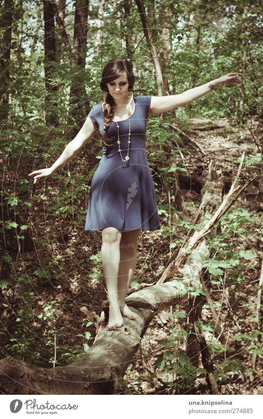 balanceakt Mensch Frau Natur Jugendliche blau grün schön Baum Erwachsene Wald feminin Wege & Pfade Haare & Frisuren Junge Frau Mode gehen