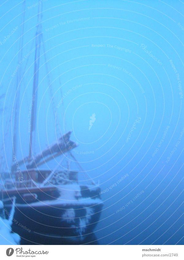 ahoi Wasserfahrzeug Nebel historisch Hafen Strommast Segel
