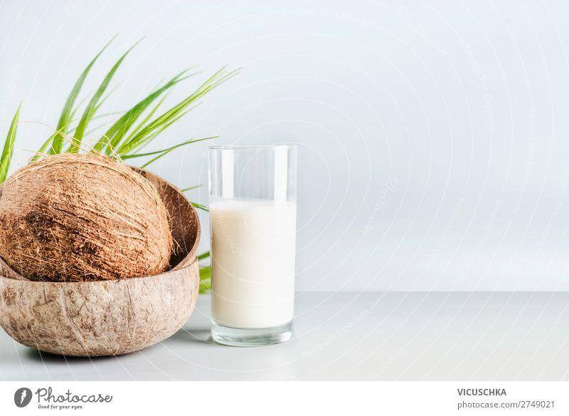 Kokosmilch im Glas mit ganzem Kokosnuss Lebensmittel Ernährung Bioprodukte Vegetarische Ernährung Diät Getränk Milch kaufen Gesundheit Gesunde Ernährung Design