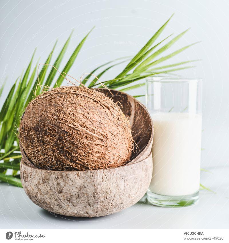 Kokosmilch im Glas mit ganzem Kokosnuss Lebensmittel Milcherzeugnisse Ernährung Bioprodukte Vegetarische Ernährung Diät Getränk Sommer Design Gesundheit Protein