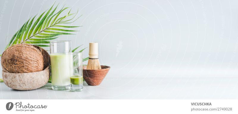 Vegan Matcha Latte Getränk mit Kokosmilch Gesunde Ernährung grün Gesundheit Lebensmittel Hintergrundbild Stil Design Glas Tisch Fahne Bioprodukte