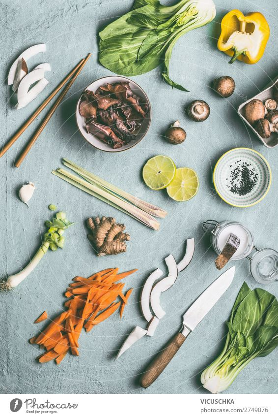 Asiatische Küche Zutaten auf Küchentisch Lebensmittel Gemüse Kräuter & Gewürze Ernährung Bioprodukte Vegetarische Ernährung Diät Geschirr Schalen & Schüsseln