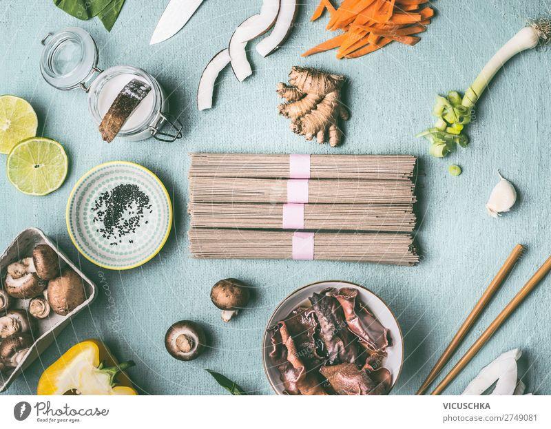Asiatische Nudeln und Zutaten auf Küchentisch Lebensmittel Ernährung Vegetarische Ernährung Diät Asiatische Küche Geschirr Schalen & Schüsseln kaufen Stil