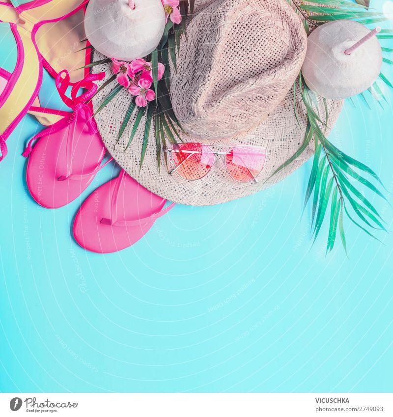 Sommer-Hintergrund . Draufsicht auf die Sommer-Strand-Accessoires der Frau: Bikini, Flip Flops, Sonnenbrille, Strohhut, Palmblätter und tropische Blumen auf türkisblauem Hintergrund, Banner mit Kopierfeld