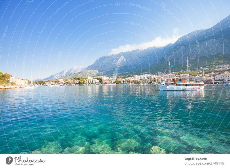 MAKARSKA, KROATIEN Adria Bucht Strand Küste Kroatien Dalmatien verträumt Fischerdorf Hafen Idylle Landschaft schön Makarska Mittelmeer Berge u. Gebirge Natur
