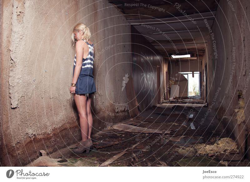 #232629 Raum Frau Erwachsene 1 Mensch 18-30 Jahre Jugendliche Ruine Mode beobachten Erholung stehen träumen Traurigkeit bedrohlich dunkel trendy einzigartig