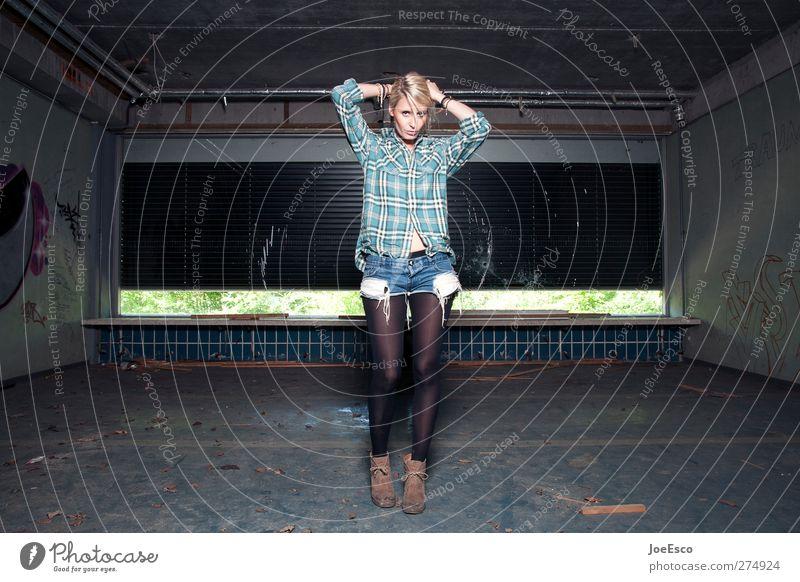 #232819 Stil schön Körperpflege Haare & Frisuren Abenteuer Häusliches Leben Raum Nachtleben ausgehen Frau Erwachsene Mensch Mode blond stehen Coolness dunkel