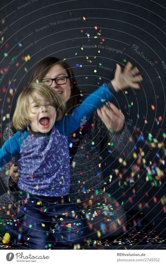 Mutter mit Kind werfen Konfetti Frau Mensch Freude Lifestyle Erwachsene Liebe lustig feminin Familie & Verwandtschaft lachen Glück Junge Zusammensein fliegen