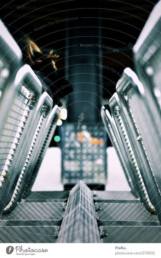 while you keep waiting and waiting and ... Personenverkehr warten Stuhl Wartehäuschen Wartehalle Metall sitzen Sitzgelegenheit Gitter Gitterrost glänzend