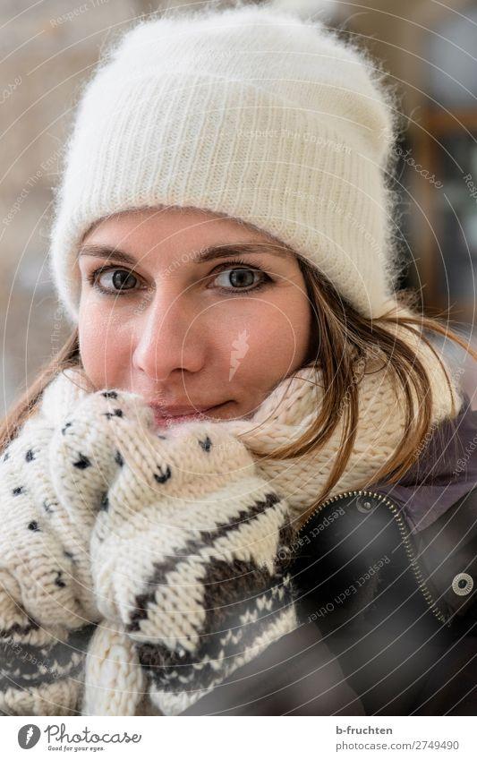 Frau, Portrait, Winter, Schal, Mütze Mensch schön Freude Gesicht Lifestyle Erwachsene Liebe kalt Stil gehen Freizeit & Hobby Lächeln stehen Fröhlichkeit