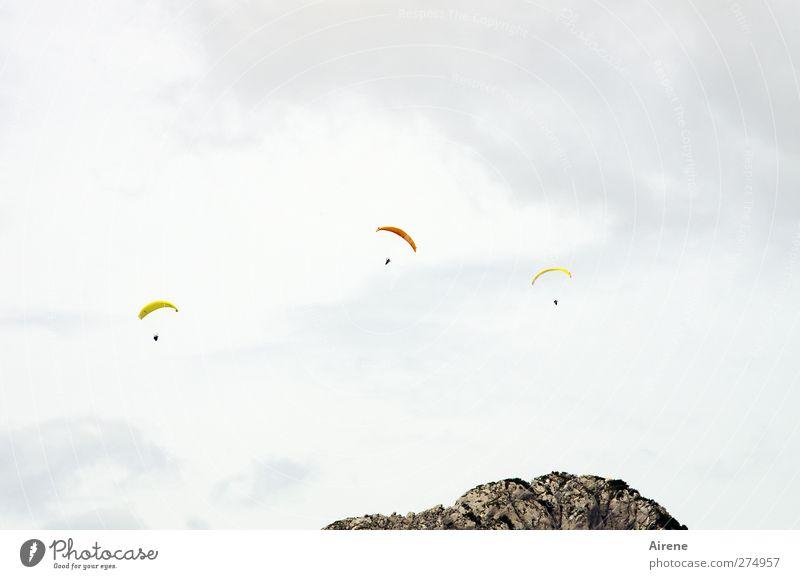 über dem Berg sein Mensch Himmel weiß Einsamkeit Wolken Ferne Erwachsene Berge u. Gebirge gelb Sport klein grau Freiheit fliegen oben orange