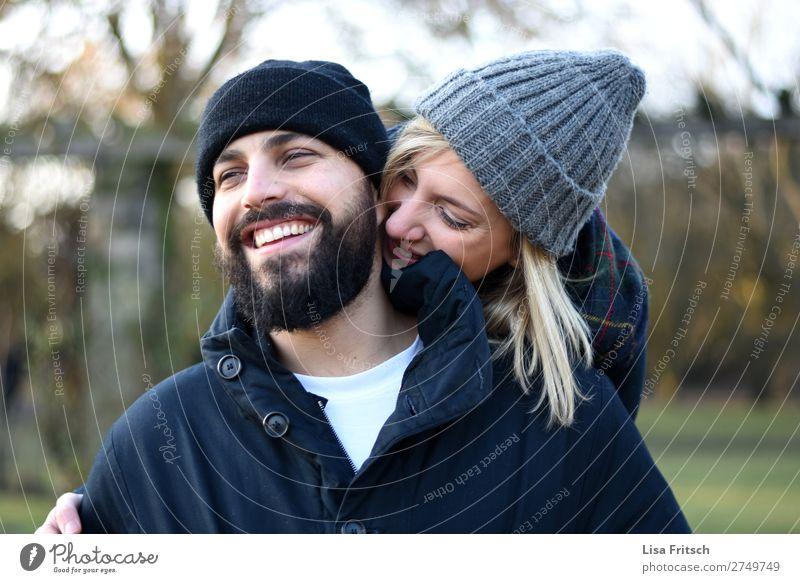 Paar - lachen - Winter - Mützen - schön Valentinstag Frau Erwachsene Mann 2 Mensch 18-30 Jahre Jugendliche 30-45 Jahre Mode blond Bart berühren Erholung