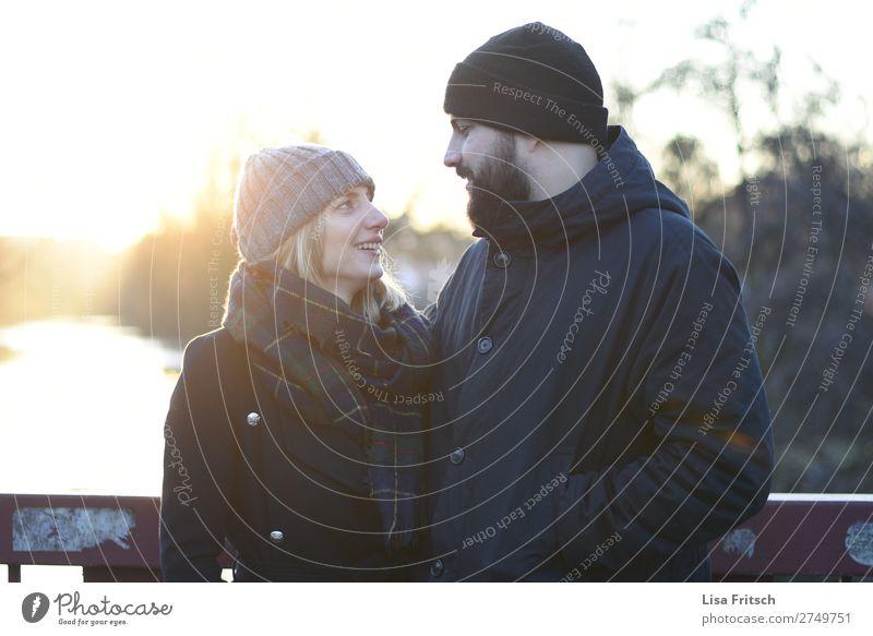 PAAR - ANSEHEN - LICHTSTRAHLEN Frau Erwachsene Mann 2 Mensch 18-30 Jahre Jugendliche 30-45 Jahre Sonnenaufgang Sonnenuntergang Sonnenlicht Winter Schönes Wetter