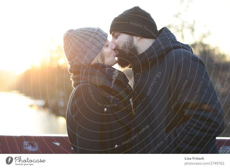 Kuss, Mann & Frau, Mütze, Winter Ferien & Urlaub & Reisen Erwachsene 2 Mensch 18-30 Jahre Jugendliche 30-45 Jahre Sonnenaufgang Sonnenuntergang Bart berühren