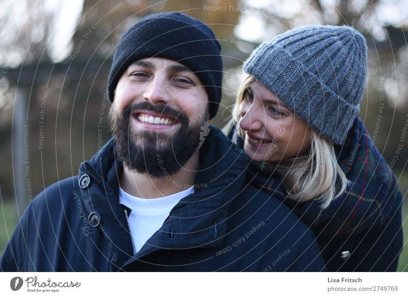 VERLIEBT - WINTER - MÜTZEN Frau Erwachsene Mann 2 Mensch 18-30 Jahre Jugendliche 30-45 Jahre Schal Mütze blond kurzhaarig Bart genießen lachen Liebe Coolness
