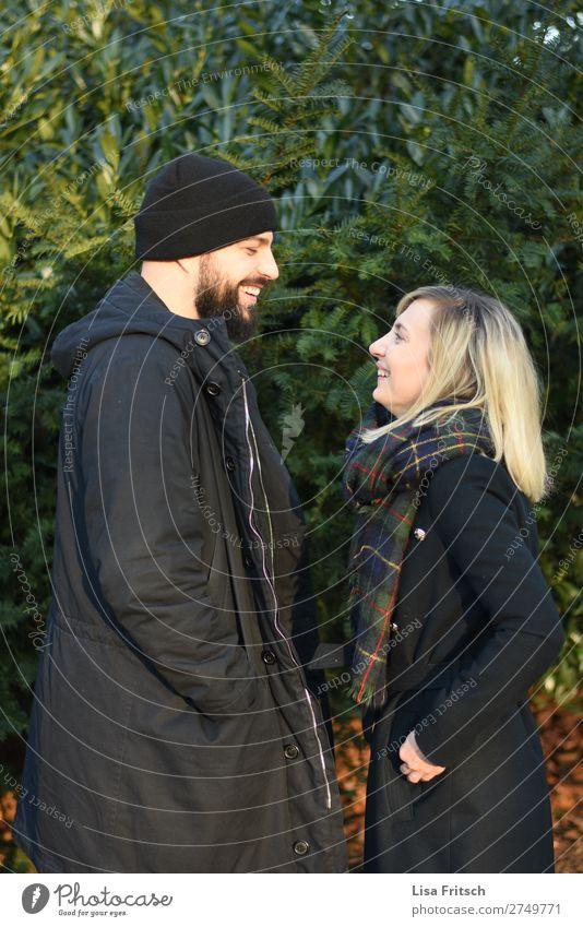 Lachen - gegenüber stehend - Paar - Winter Frau Erwachsene Mann 1 Mensch 18-30 Jahre Jugendliche 30-45 Jahre Natur Pflanze Mütze blond kurzhaarig Bart genießen