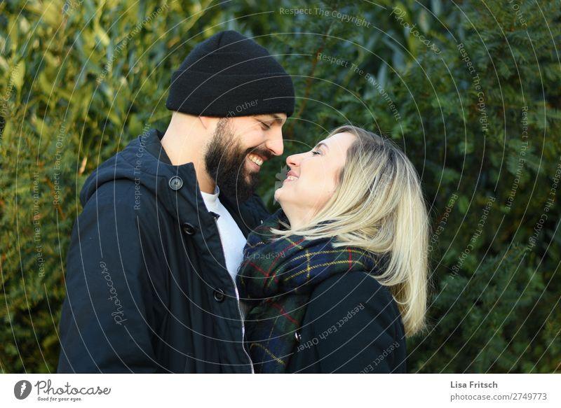 LACHEN - VERLIEBT - PAAR Frau Erwachsene Mann Paar Partner 2 Mensch 18-30 Jahre Jugendliche 30-45 Jahre Pflanze Schal Mütze blond kurzhaarig Bart berühren