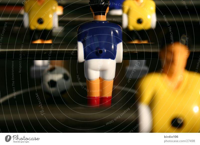 Ganzer Kerl von hinte(r)n Tischfußball Spielzeug Spielen Kinderspiel Freizeit & Hobby Makroaufnahme Schwache Tiefenschärfe Stab Perspektive Fußball Spielfigur